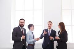 Εταιρική συνεδρίαση στην αρχή, επιχειρηματίες με το διάστημα αντιγράφων Στοκ φωτογραφία με δικαίωμα ελεύθερης χρήσης