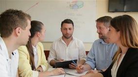 Εταιρική συνεδρίαση της εργασίας επιχειρησιακής ομάδας στο γραφείο Πέντε καυκάσια ομιλία ομάδας ανθρώπων επιχειρηματιών και επιχε απόθεμα βίντεο