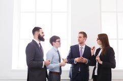 Εταιρική συνεδρίαση των υπαλλήλων με τον προϊστάμενο στην αρχή, επιχειρηματίες με το διάστημα αντιγράφων Στοκ Εικόνες