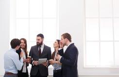 Εταιρική συνεδρίαση των υπαλλήλων στην αρχή κατά τη διάρκεια του διαλείμματος, επιχειρηματίες με το διάστημα αντιγράφων Στοκ Φωτογραφίες