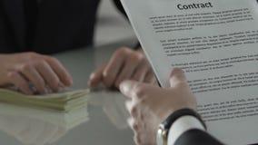 Εταιρικός διευθυντής που υπογράφει τη συμφωνία εγγράφου με τα μετρητά για τον πίνακα, διαπραγμάτευση επένδυσης απόθεμα βίντεο