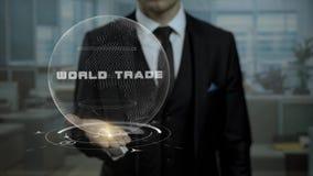 Εταιρικός εμπορικός εμπειρογνώμονας που παρουσιάζει το παγκόσμιο εμπόριο στρατηγικής που χρησιμοποιεί το ολόγραμμα απεικόνιση αποθεμάτων