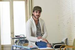 Εταιρικός επιχειρηματίας hipster πορτρέτου νέος ισπανικός ελκυστικός που εργάζεται με το σύγχρονο Υπουργείο Εσωτερικών υπολογιστώ Στοκ Φωτογραφία