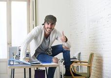 Εταιρικός επιχειρηματίας hipster πορτρέτου νέος ισπανικός ελκυστικός που εργάζεται με το σύγχρονο Υπουργείο Εσωτερικών υπολογιστώ Στοκ φωτογραφία με δικαίωμα ελεύθερης χρήσης