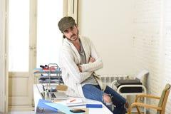 Εταιρικός επιχειρηματίας hipster πορτρέτου νέος ισπανικός ελκυστικός που εργάζεται με το σύγχρονο Υπουργείο Εσωτερικών υπολογιστώ Στοκ εικόνα με δικαίωμα ελεύθερης χρήσης