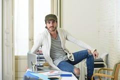 Εταιρικός επιχειρηματίας hipster πορτρέτου νέος ισπανικός ελκυστικός που εργάζεται με το σύγχρονο Υπουργείο Εσωτερικών υπολογιστώ Στοκ Εικόνες