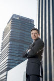 Εταιρικός ελκυστικός επιχειρηματίας πορτρέτου που στέκεται υπαίθρια τα αστικά κτίρια γραφείων Στοκ εικόνες με δικαίωμα ελεύθερης χρήσης