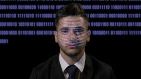 Εταιρικό αρσενικό προγραμματιστών υπεύθυνων για την ανάπτυξη στη φουτουριστική ολογραφική επίδειξη σε ένα σκοτεινό υπόβαθρο με το απόθεμα βίντεο