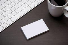 Εταιρικό μαρκάροντας πρότυπο χαρτικών με το κενό επαγγελματικών καρτών Στοκ Φωτογραφίες