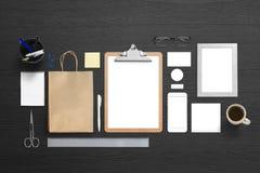 Εταιρικό πρότυπο ταυτότητας εμπορικών σημάτων στο μαύρο γραφείο Στοκ φωτογραφίες με δικαίωμα ελεύθερης χρήσης