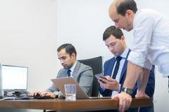 Εταιρικό businessteam που λειτουργεί στο σύγχρονο γραφείο Στοκ Εικόνες