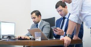 Εταιρικό businessteam που λειτουργεί στο σύγχρονο γραφείο Στοκ εικόνα με δικαίωμα ελεύθερης χρήσης