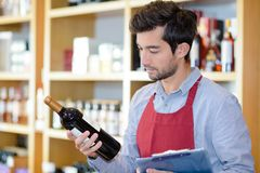 Ετικέτα ανάγνωσης προμηθευτών κρασιού Στοκ φωτογραφίες με δικαίωμα ελεύθερης χρήσης