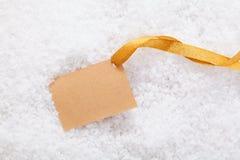 Ετικέτα και κορδέλλα εγγράφου στο χιόνι Στοκ φωτογραφίες με δικαίωμα ελεύθερης χρήσης