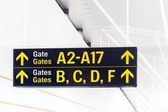 Ετικέτα πυλών με το βέλος στο τερματικό του αερολιμένα Στοκ εικόνες με δικαίωμα ελεύθερης χρήσης