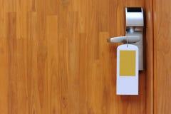 Ετικέτα σε μια λαβή πορτών Στοκ εικόνες με δικαίωμα ελεύθερης χρήσης