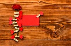Ετικέττα για τα συγχαρητήρια που καρφώνονται στο λουλούδι, διάστημα αντιγράφων Συγχαρητήρια και έννοια επιθυμιών Λουλούδι με την  στοκ φωτογραφία