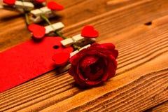 Ετικέττα για τα συγχαρητήρια που καρφώνονται στο λουλούδι, διάστημα αντιγράφων Λουλούδι με την κενή ετικέττα ή κάρτα στο ξύλινο υ στοκ εικόνα με δικαίωμα ελεύθερης χρήσης