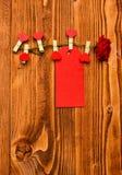 Ετικέττα για τα συγχαρητήρια που καρφώνονται στο λουλούδι, διάστημα αντιγράφων Αυξήθηκε λουλούδι με τις μικροσκοπικές ξύλινες καρ στοκ εικόνα με δικαίωμα ελεύθερης χρήσης