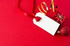 Ετικέττα δώρων Χριστουγέννων με τις διακοσμήσεις Στοκ Εικόνες