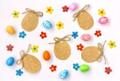 Ετικέττα εγγράφου Πάσχας με ένα σχοινί, applique πολύχρωμα λουλούδια, αυγό Στοκ Εικόνες