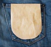 Ετικέττα εγγράφου στην μπλε τσέπη τζιν τζιν Στοκ Φωτογραφίες