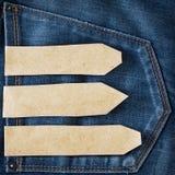 Ετικέττα εγγράφου στην μπλε τσέπη τζιν τζιν Στοκ φωτογραφία με δικαίωμα ελεύθερης χρήσης