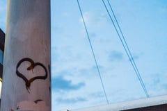 Ετικέττα καρδιών στον ελαφρύ πόλο στη νύχτα Στοκ φωτογραφίες με δικαίωμα ελεύθερης χρήσης