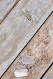 Ετικέττες σκυλιών στο ξύλο και copyspace Στοκ Φωτογραφία