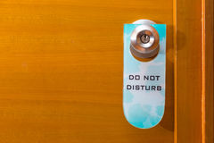 Ετικεττών Old Do Not Disturb σημαδιών στο εξόγκωμα πορτών μετάλλων, έννοια ο στοκ εικόνες με δικαίωμα ελεύθερης χρήσης