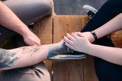 Ευαίσθητος ρομαντικός συνδεδεμένος κράτημα χεριών ζευγών Στοκ φωτογραφία με δικαίωμα ελεύθερης χρήσης