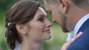 Ευαίσθητο πορτρέτο κινηματογραφήσεων σε πρώτο πλάνο του καταπληκτικού ευτυχούς ζεύγους των newlyweds στον εραστή που τρίβει μαλακ απόθεμα βίντεο