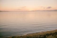 Ευγενής μαλακή ανοικτό ροζ αυγή στη μεγάλη λίμνη, ανατολή στοκ φωτογραφίες