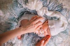 Ευγενής μητέρα χεριών το παιδί πέφτει κοιμισμένο Στοκ Φωτογραφία