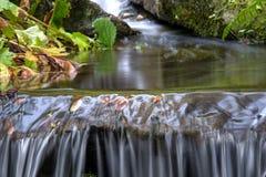 Ευγενής πτώση νερού στον κήπο Στοκ φωτογραφία με δικαίωμα ελεύθερης χρήσης