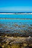 Ευγενή μαλακά κύματα που μαστιγώνουν επάνω στην αμμώδη παραλία ballybunion Στοκ Εικόνα
