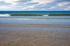 Ευγενή πράσινα κύματα που μαστιγώνουν επάνω στην παραλία ballybunion Στοκ Εικόνες