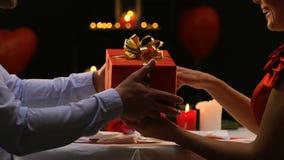 Ευγενικός άνδρας που παρουσιάζει το δώρο στην αγαπημένη γυναίκα του, εορτασμός επετείου απόθεμα βίντεο