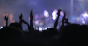 Ευγνώμον και συγκινημένο ακροατήριο στη συναυλία απόθεμα βίντεο