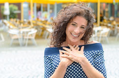 Ευγνώμων νέα γυναίκα με τα χέρια της στην καρδιά της στοκ φωτογραφία