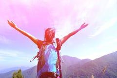 Ευγνώμων ορειβάτης γυναικών Στοκ φωτογραφία με δικαίωμα ελεύθερης χρήσης