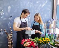 Ευεργετική δράση από τους πωλητές στο ανθοπωλείο στοκ εικόνα με δικαίωμα ελεύθερης χρήσης