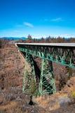 Ευθεία γέφυρα ζευκτόντων στις υψηλές υποστηρίξεις πόλων μέσω του φαραγγιού Στοκ Εικόνα