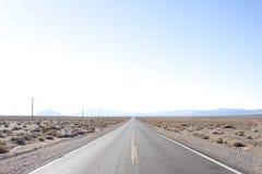 Ευθεία εθνική οδός ερήμων σε Καλιφόρνια Στοκ Εικόνα