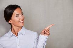 Ευθεία επιχειρηματίας τρίχας που δείχνει το αριστερό της Στοκ φωτογραφία με δικαίωμα ελεύθερης χρήσης