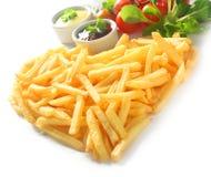 Ευθείες τηγανιτές πατάτες περικοπών στη μορφή καρδιών με τις εμβυθίσεις Στοκ εικόνα με δικαίωμα ελεύθερης χρήσης