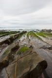 Ευθυγραμμισμένες πέτρες που πηγαίνουν στη θάλασσα, Ισπανία Στοκ εικόνα με δικαίωμα ελεύθερης χρήσης