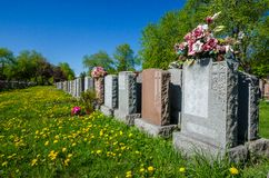 Ευθυγραμμισμένες ταφόπετρες σε ένα νεκροταφείο Στοκ φωτογραφία με δικαίωμα ελεύθερης χρήσης