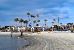 Ευθυγραμμισμένη σημαία αποβάθρα βαρκών στον κόλπο αποστολής στο Σαν Ντιέγκο, Καλιφόρνια Στοκ φωτογραφία με δικαίωμα ελεύθερης χρήσης