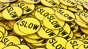 Ευθυγραμμισμένος σωρός των κυκλικών κίτρινων σημαδιών στάσεων Στοκ φωτογραφία με δικαίωμα ελεύθερης χρήσης